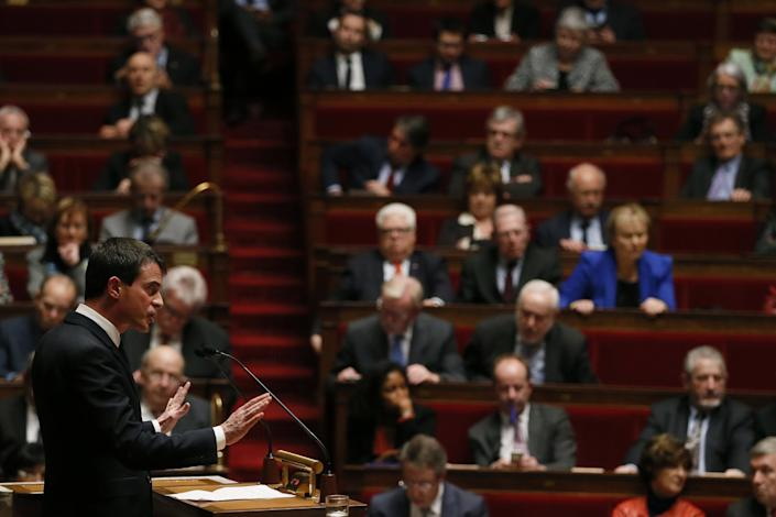 French Prime Minister Manuel Valls speaks during the session of questions to the government at the National Assembly in Paris on February 17, 2015 (AFP Photo/Patrick Kovarik)