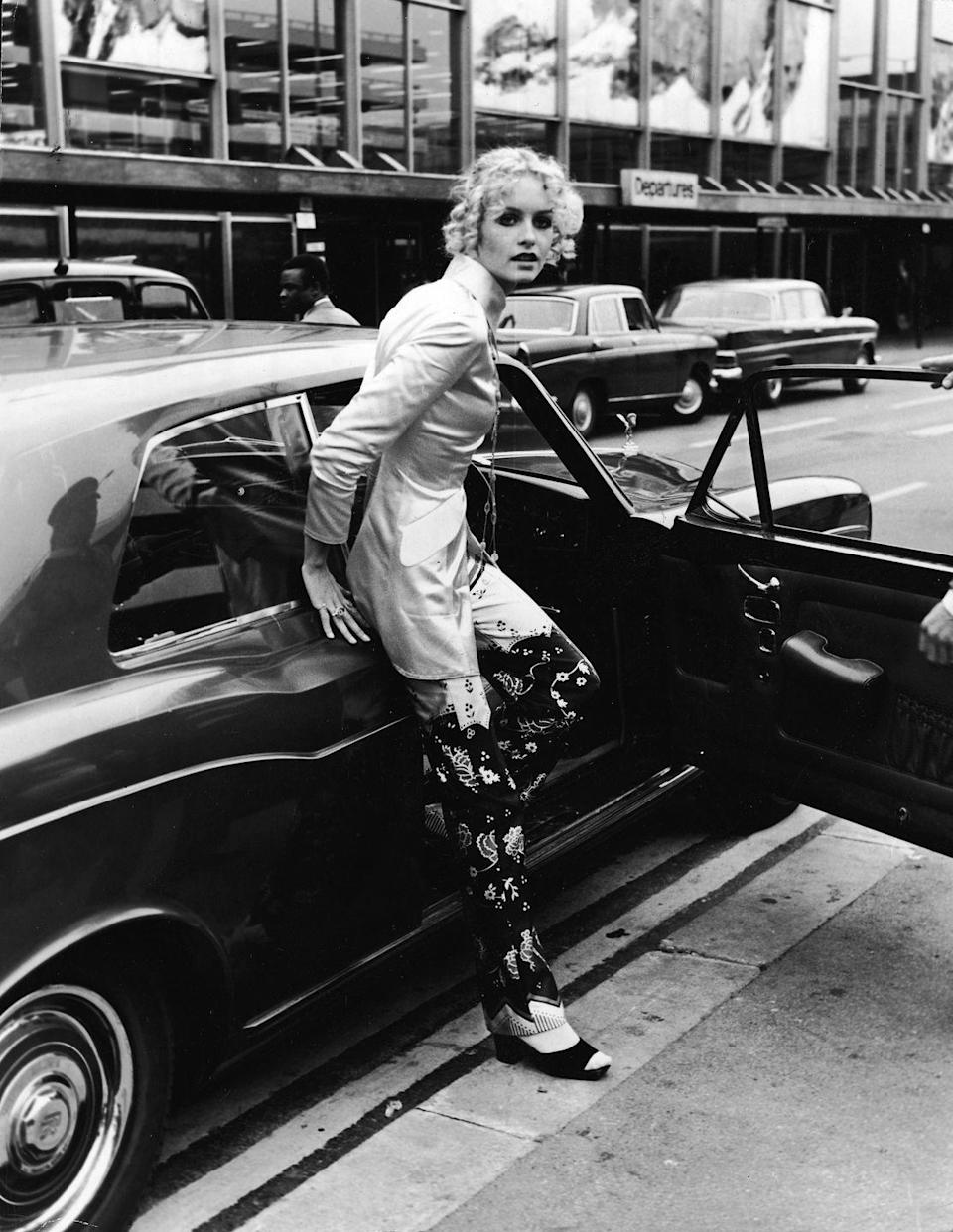 <p>Twiggy steps from a Rolls Royce car at an airport shortly after retiring from modelling, October 3, 1970.</p>