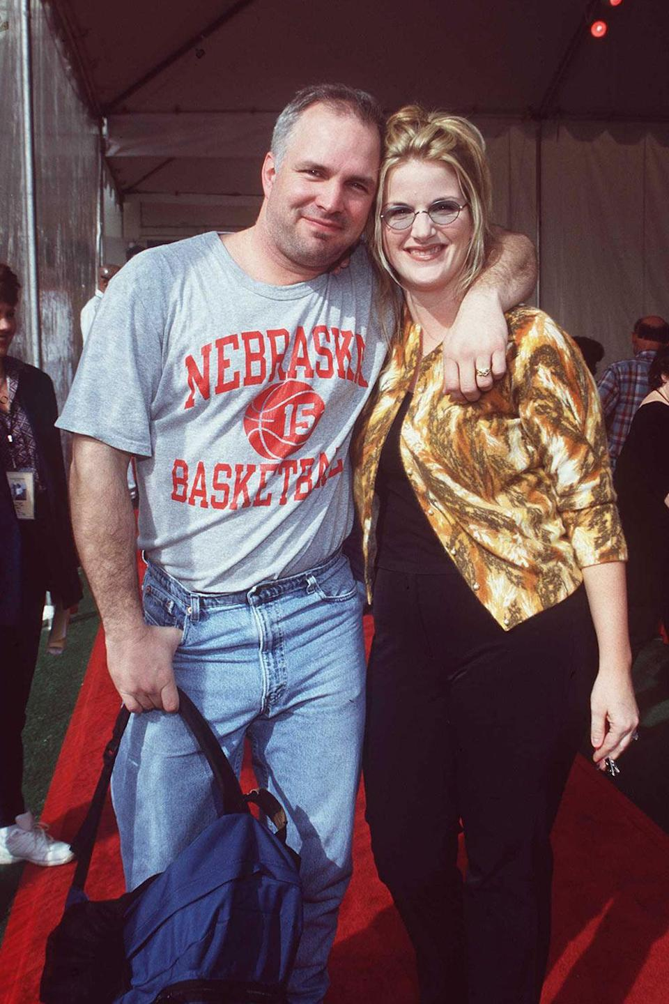 <p>A casual Brooks and Yearwood hang backstage in January 1998 at the 25th Annual American Music Awards in L.A.</p>