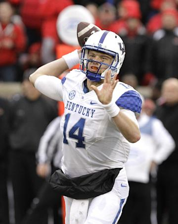 Kentucky quarterback Patrick Towles attempts a pass during the second half of an NCAA college football game against Louisville, Saturday, Nov. 29, 2014, in Louisville, Ky. Louisville defeated Kentucky 44-40. (AP Photo/Garry Jones)