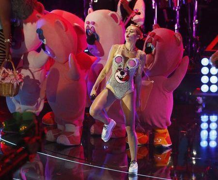 """Singer Miley Cyrus performs """"We Can't Stop"""" during the 2013 MTV Video Music Awards in New York August 25, 2013. REUTERS/Lucas Jackson/Files"""
