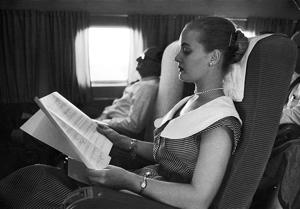 <p>Actress Florence Henderson flying from New York to Kentucky reading and studying music for her next musical 'Fanny', 1954. (Photo by Esther Bubley/The LIFE Images Collection/Getty Images) </p>