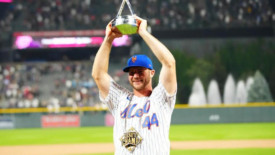 Pete Alonso lifts Home Run Derby trophy 2021