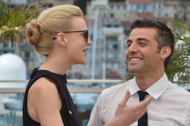 """British actress Carey Mulligan (L) and US actor Oscar Isaac laugh on May 19, 2013 during a photocall for the film """"Inside Llewyn Davis"""" at the 66th edition of the Cannes Film Festival in Cannes"""