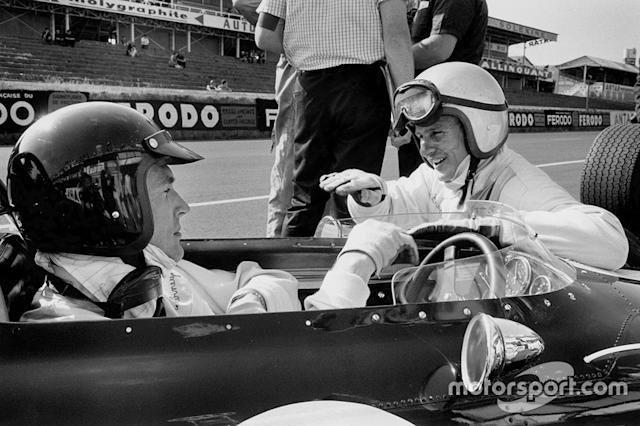"Dan Gurney, Eagle AAR104 Weslake in the pitlane talking to teammate Bruce McLaren, Eagle AAR102 Weslake <span class=""copyright"">LAT Images</span>"