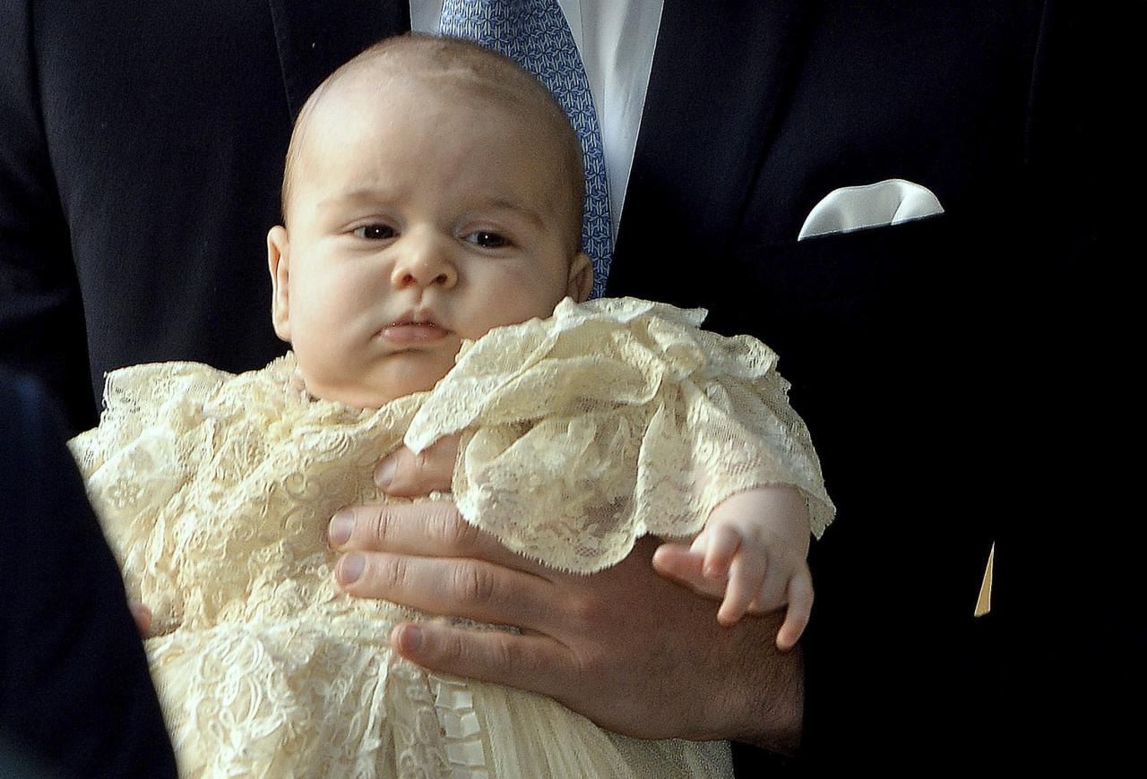 Britain's Prince William carries his son Prince George as they arrive for his son's christening at St James's Palace in London October 23, 2013. REUTERS/John Stillwell/pool (BRITAIN - Tags: ROYALS ENTERTAINMENT SOCIETY)