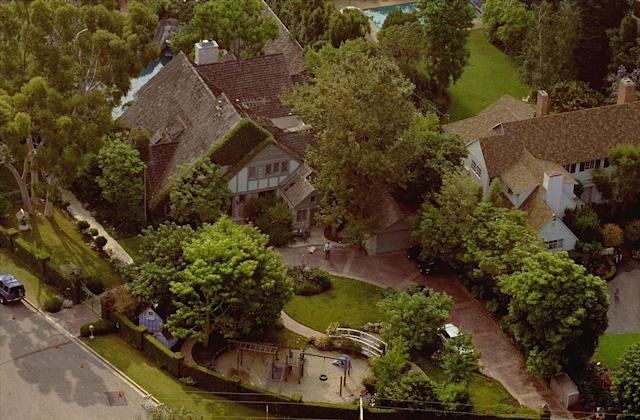 <p>Investigators immediately turned their attention to O.J. Simpson, who lived five minutes away from his ex-wife. Police went to his home on Rockingham Drive, but Simpson wasn't home. He had left late the night before on a red-eye to Chicago for a business trip. At Simpson's home, police notice splatters of blood down the driveway. Behind the guesthouse, Detective Mark Fuhrman allegedly finds a bloody glove, matching one left at the Bundy Drive crime scene. (Photo: Mark Terrill/AP) </p>