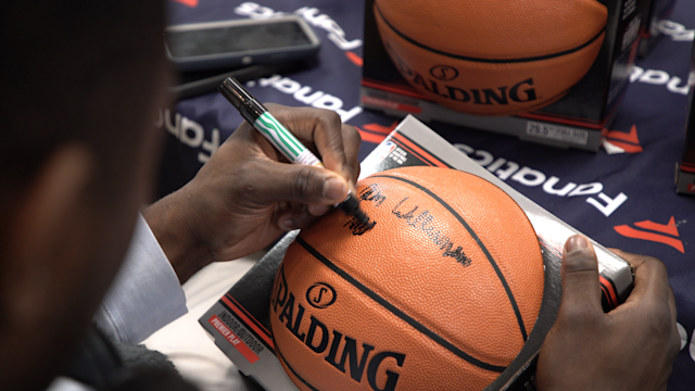 New Orleans Pelicans rookie Zion Williamson is a lefty.