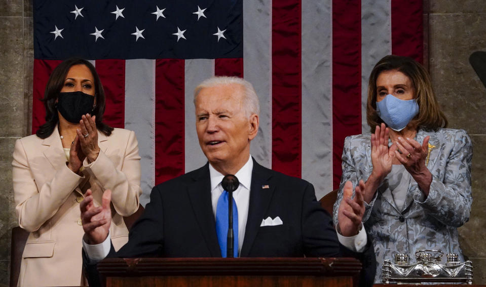 El presidente Joe Biden al dar su primer mensaje al Congreso el 28 de abril de 2021, una sesión conjunta presidida por primera vez por dos mujeres: Nancy Pelosi (der.), presidenta de la Cámara de Representantes, y Kamala Harris, vicepresidenta y presidenta de Senado. (Photo by Melina Mara-Pool/Getty Images)