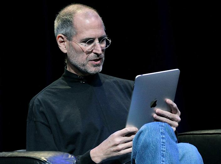 Steve Jobs using an iPad