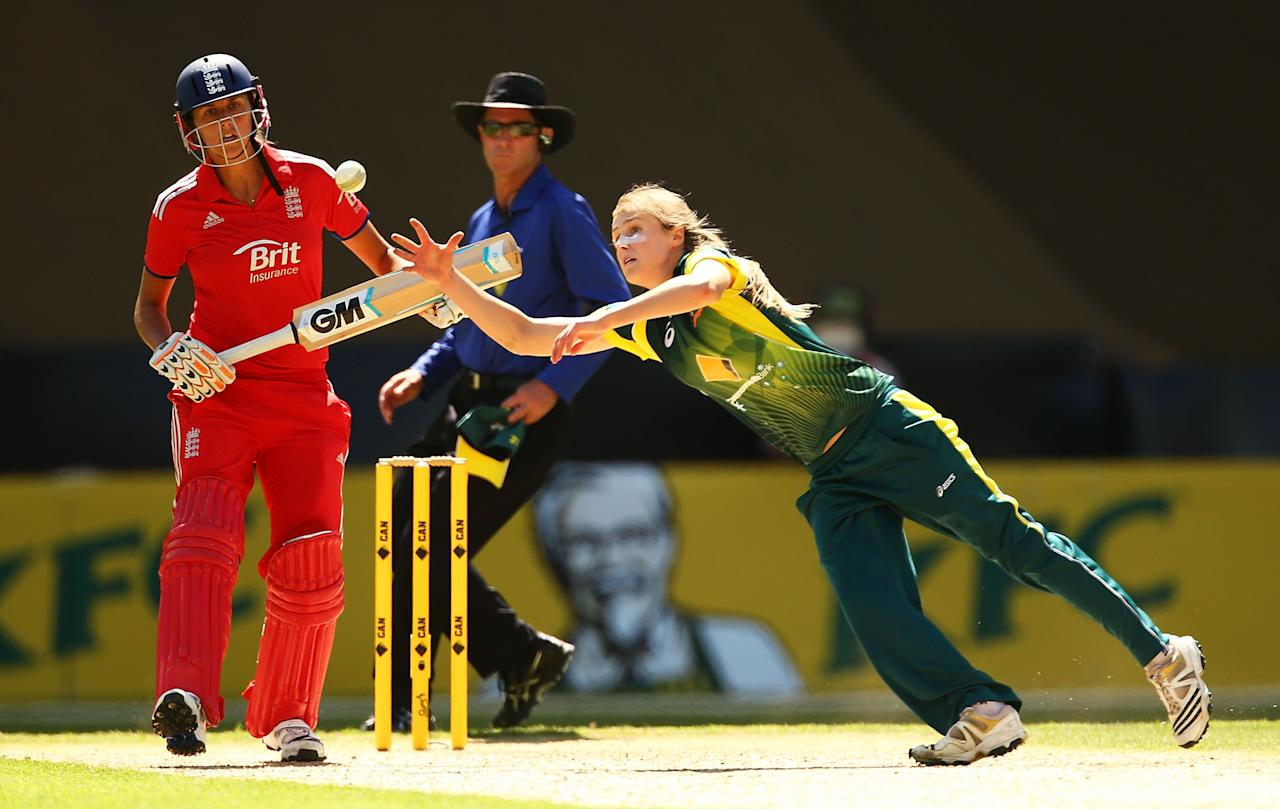 SYDNEY, AUSTRALIA - FEBRUARY 02: Ellyse Perry of Australia dives to field off her own bowling during game three of the Women's International Twenty20 series between Australia and England on February 2, 2014 in Sydney, Australia.  (Photo by Mark Nolan/Getty Images)