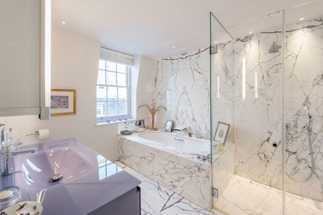 "<p>Marble steals the show in the <em>en-suite</em> bathroom, which flaunts a classic-yet-not-too-overly-decorated look with perfect precision. </p><p>From lighting designers to moving companies, we have them all here on homify, and many more. Check out our <a rel=""nofollow"" href=""https://www.homify.co.uk/professionals"">professionals </a>page.</p>  Credits: homify / RBD Architecture & Interiors"