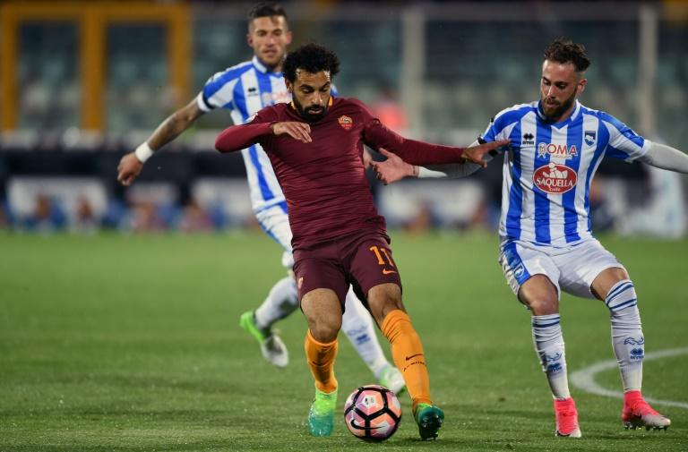 Roma's midfielder Mohamed Salah (C) vies with Pescara's defender Francesco Zampano (R) during the Italian Serie A football match between Pascara and Roma on April 24, 2017