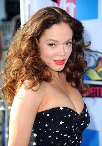 <p>Earlier that night, Rose McGowan strutted her stuff in this Supre-inspired boob tube....Not her best look, that's for sure!</p>