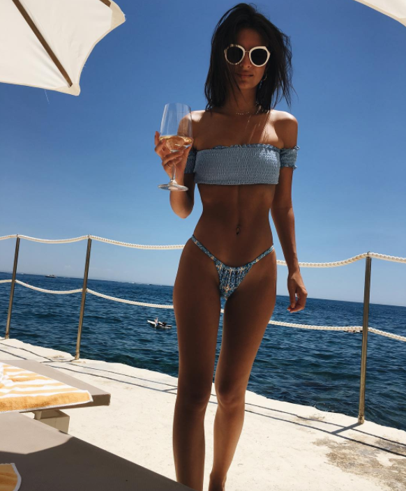"""<p>While her """"big boobs"""" may keep her from getting jobs (<a rel=""""nofollow noopener"""" href=""""http://www.thewrap.com/emily-ratajkowski-says-her-big-boobs-keep-her-from-getting-jobs/"""" target=""""_blank"""" data-ylk=""""slk:that's her recent claim"""" class=""""link rapid-noclick-resp"""">that's her recent claim</a>), they don't hurt her social media clicks. This pic has nearly 1 million likes on Instagram. (Photo: <a rel=""""nofollow noopener"""" href=""""https://www.instagram.com/p/BVb8_L4lHag/?taken-by=emrata&hl=en"""" target=""""_blank"""" data-ylk=""""slk:Emily Ratajkowski via Instagram"""" class=""""link rapid-noclick-resp"""">Emily Ratajkowski via Instagram</a>) </p>"""