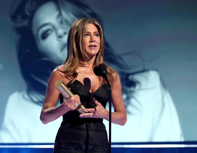 Emocionada, Jennifer Aniston recibe el People's Icon award durante los E! People's Choice Awards 2019, el 10 de noviembre de 2019. Foto: Christopher Polk/E! Entertainment/NBCU Photo Bank