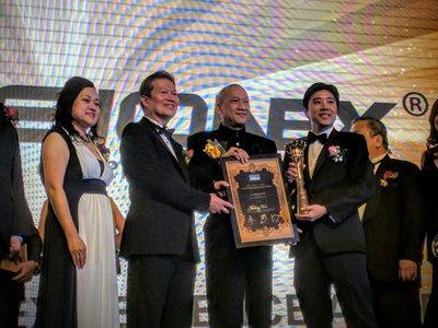 President of the Malaysia Retail Chain Association (MRCA), Datuk Garry Chua (second from left) and YB Dato' Seri Mohamed Nazri bin Tan Sri Abdul Aziz, Minister of Tourism and Culture of Malaysia (third from left) presenting the Outstanding Excellence Award to Dato' Seri Ivan Teh, Managing Director of Fusionex (right) during the MRCA Crown Awards 2016.