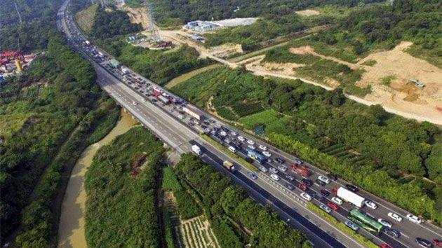 Images of toll booths on the 2272km-long G4 Beijing-Hong Kong-Macau Expressway show cars backed up on both sides. Photo: CEN/Yahoo UK