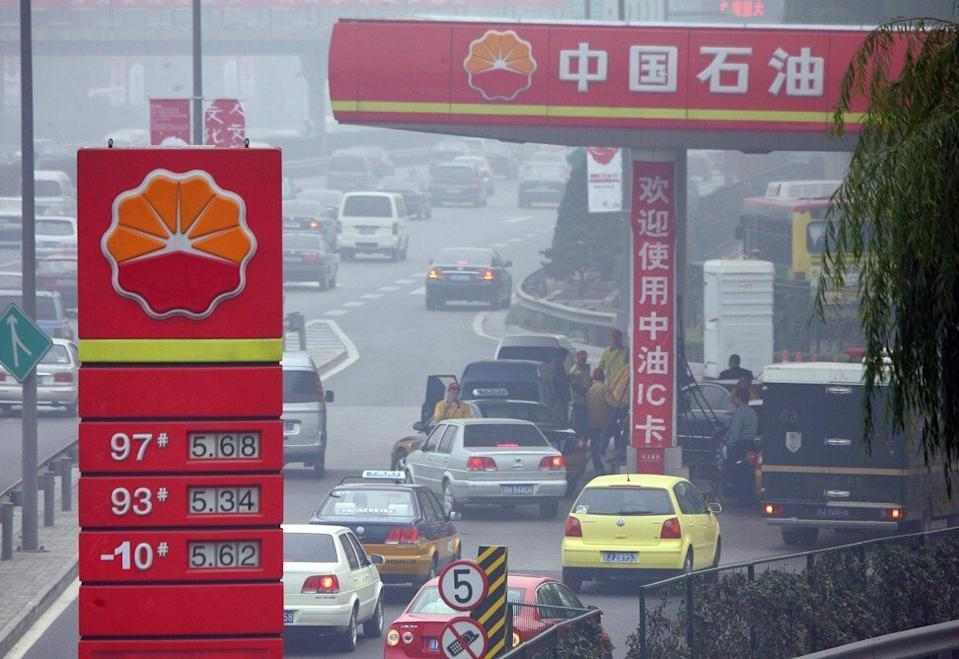Drivers line up for petrol at a PetroChina station in Beijing on 6 November 2007. Photo: AFP