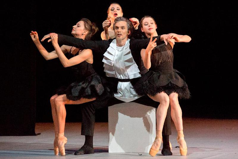 """Russian ballet dancer Artemy Belyakov (C) performing with dancers during the premiere of """"The Taming of the Shrew"""" at the Bolshoi Theatre on July 4, 2014 (AFP Photo/-)"""