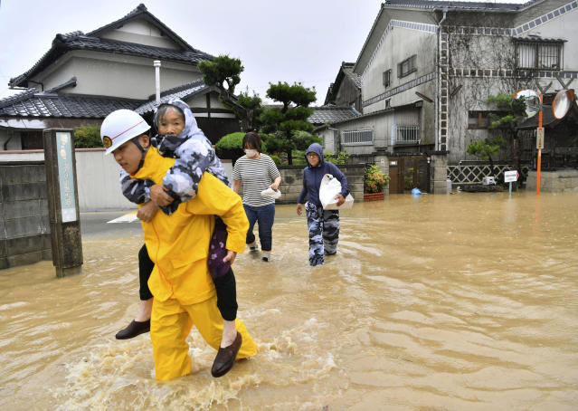 <p>Residents are evacuated to a safer place from floodwaters caused by heavy rains in Kurashiki, Okayama prefecture, southwestern Japan, Saturday, July 7, 2018. (Photo: Koki Sengoku/Kyodo News via AP) </p>