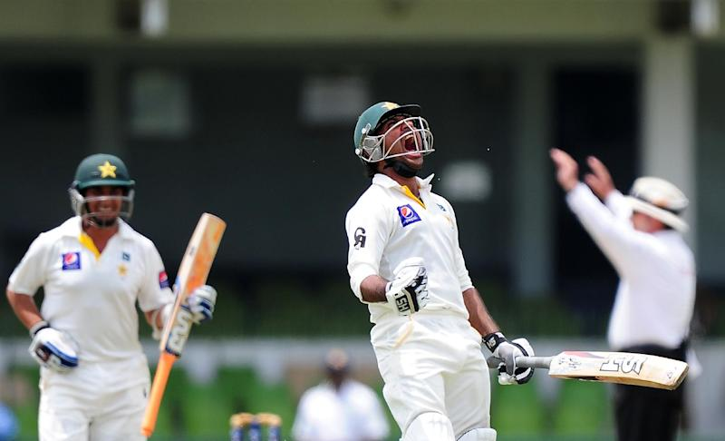 Pakistan's Sarfraz Ahmed (C) celebrates after scoring a century on the third day of their second Test against Sri Lanka at The Sinhalese Sports Club (SSC) Ground in Colombo, on August 16, 2014 (AFP Photo/Lakruwan Wanniarachchi)