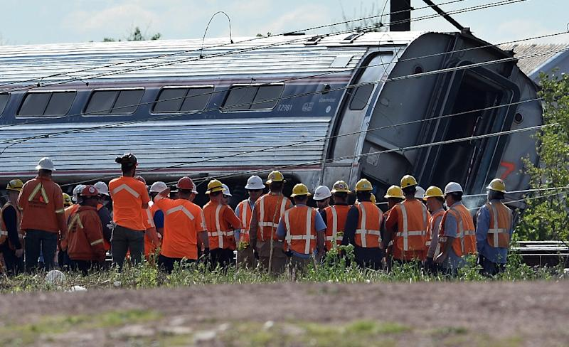 Rescuers gather around a derailed carriage of an Amtrak train in Philadelphia, Pennsylvania, on May 13, 2015 (AFP Photo/Jewel Samad)