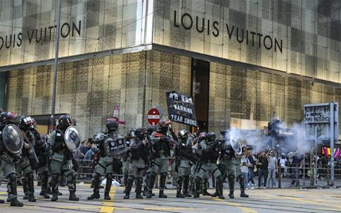 Riot police firing tear gas to disperse anti-government protesters during a lunchtime rally, in front of the Louis Vuitton boutique in Central on November 12. Photo: K.Y. Cheng