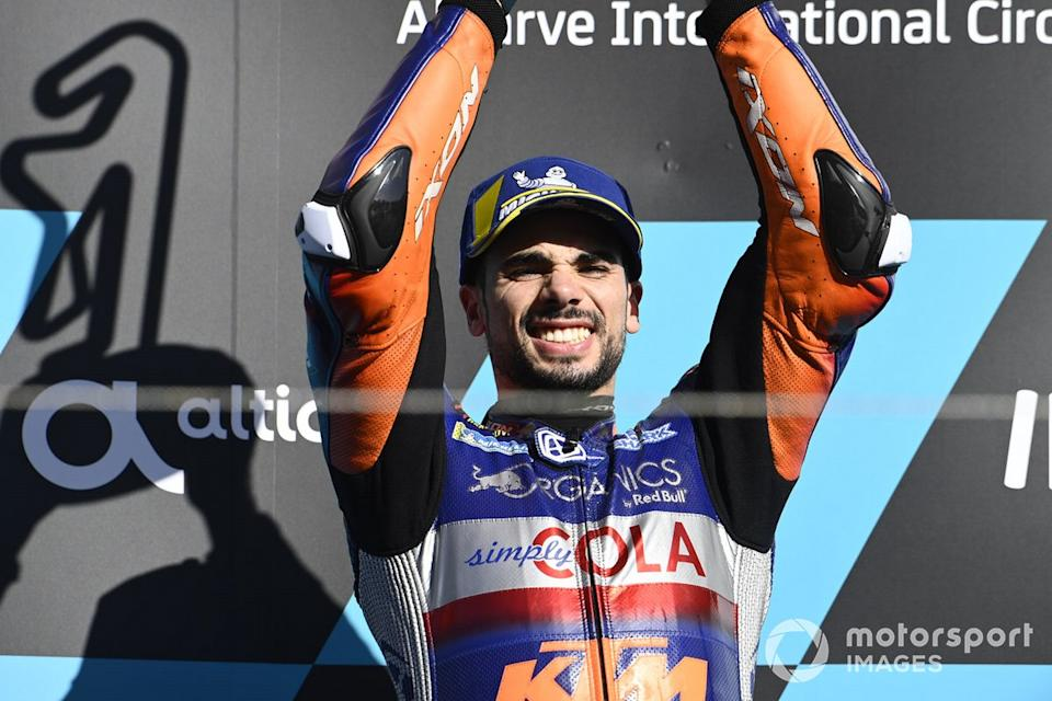 "Podio: el ganador del GP de Portugal 2020, Miguel Oliveira, Red Bull KTM Tech 3<span class=""copyright"">Gold and Goose / Motorsport Images</span>"