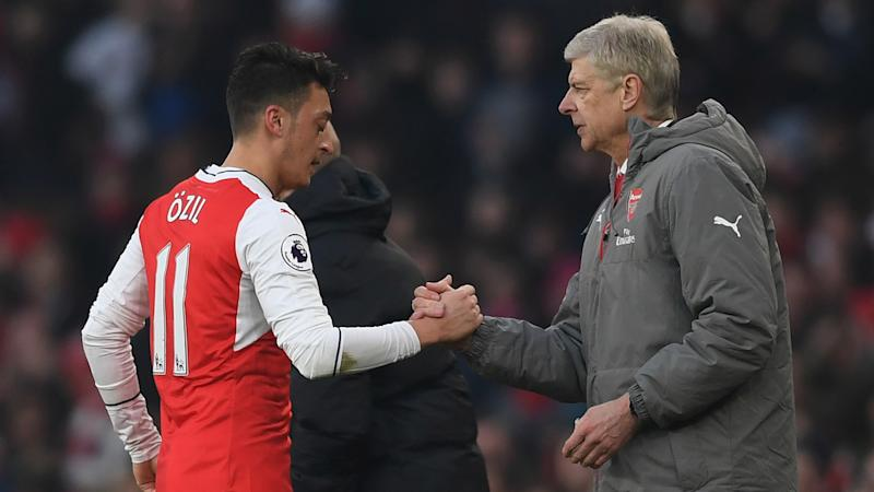 VÍDEO: Wenger sale en defensa de Özil