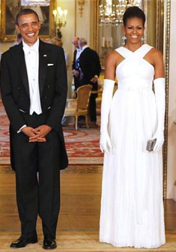 Let's take a closer look at that gorgeous dress, shall we? The ivory ruched Georgette gown by Tom Ford has white ribbon-and-bow detailing at the waist; long white gloves and chandelier earrings amped up the glam factor. Photo by: AP