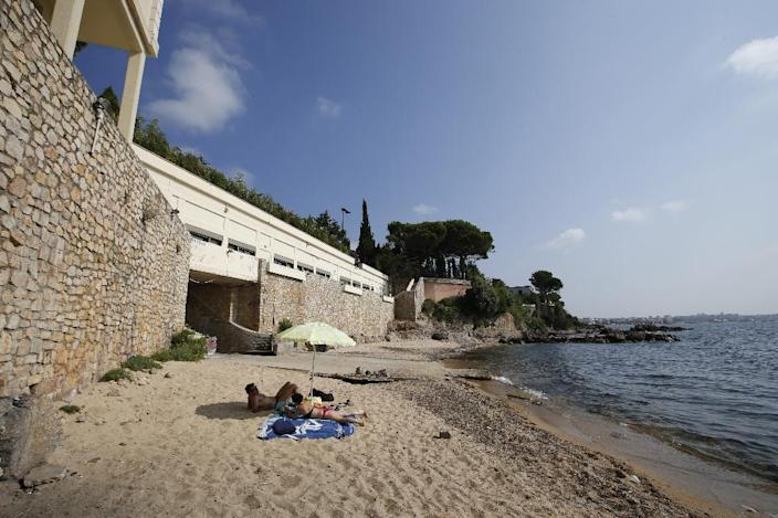 """General view of the public beach called """"La Mirandole"""", located below a villa owned by the Saudi King, on July 20, 2015 in Vallauris, southeastern France (AFP Photo/Valery Hache)"""