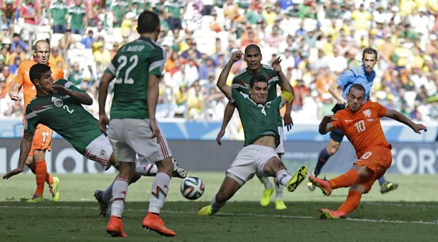 Netherlands' Wesley Sneijder, right, has his shot blocked during the World Cup round of 16 soccer match between the Netherlands and Mexico at the Arena Castelao in Fortaleza, Brazil, Sunday, June 29, 2014. (AP Photo/Natacha Pisarenko)