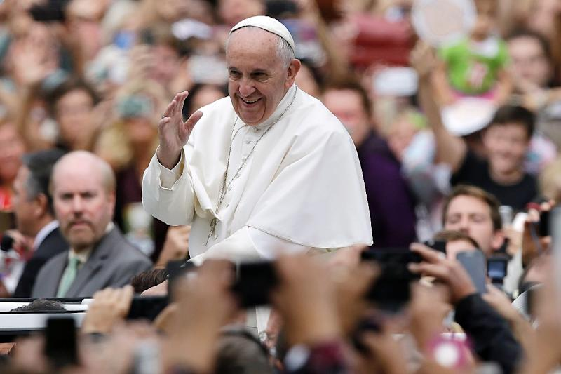 Pope Francis acknowledges faithful on his way to celebrate mass on September 27, 2015 in Philadelphia (AFP Photo/Matt Rourke)