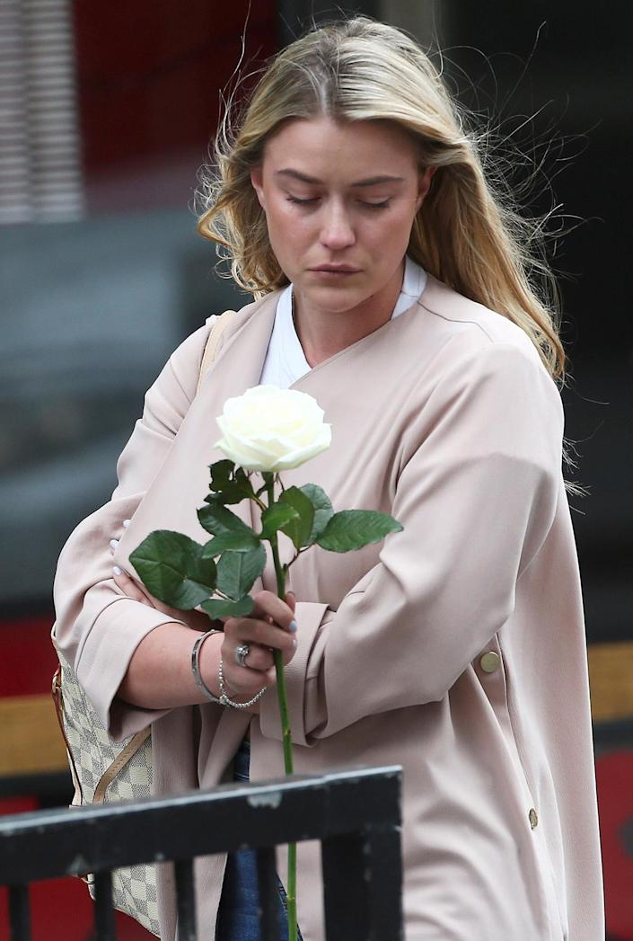 <p>A woman holds a flower as a tribute in the London Bridge area of London, June 4, 2017. (Photo: Neil Hall/Reuters) </p>