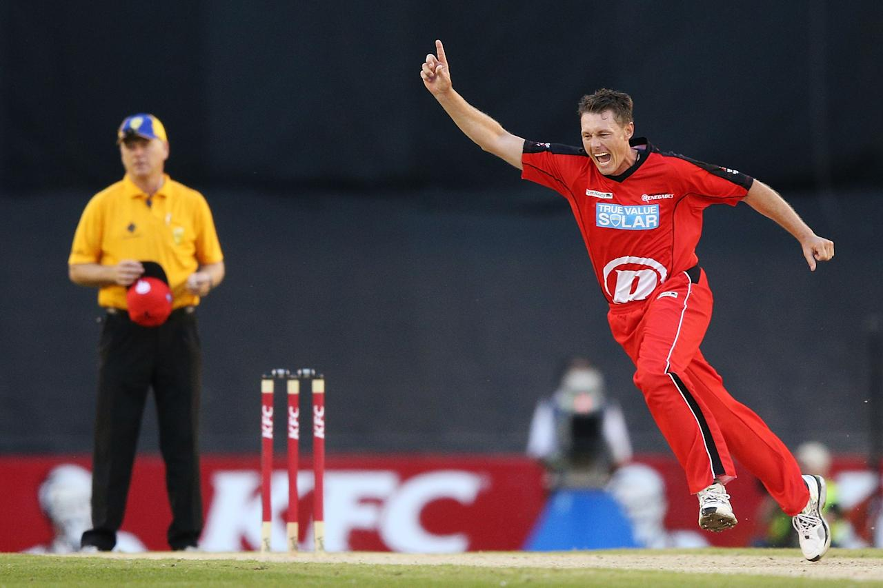 MELBOURNE, AUSTRALIA - DECEMBER 22:  Darren Pattinson of the Melbourne Renegades (R) celebrates his wicket of Thisara Perera of the Brisbane Heat during the Big Bash League match between the Melborune Renegades and the Brisbane Heat at Etihad Stadium on December 22, 2012 in Melbourne, Australia.  (Photo by Michael Dodge/Getty Images)