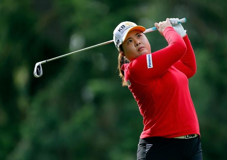 South Korea's Park In-bee seized a two-stroke lead after Saturday's third round of the season-opening LPGA Tournament of Champions