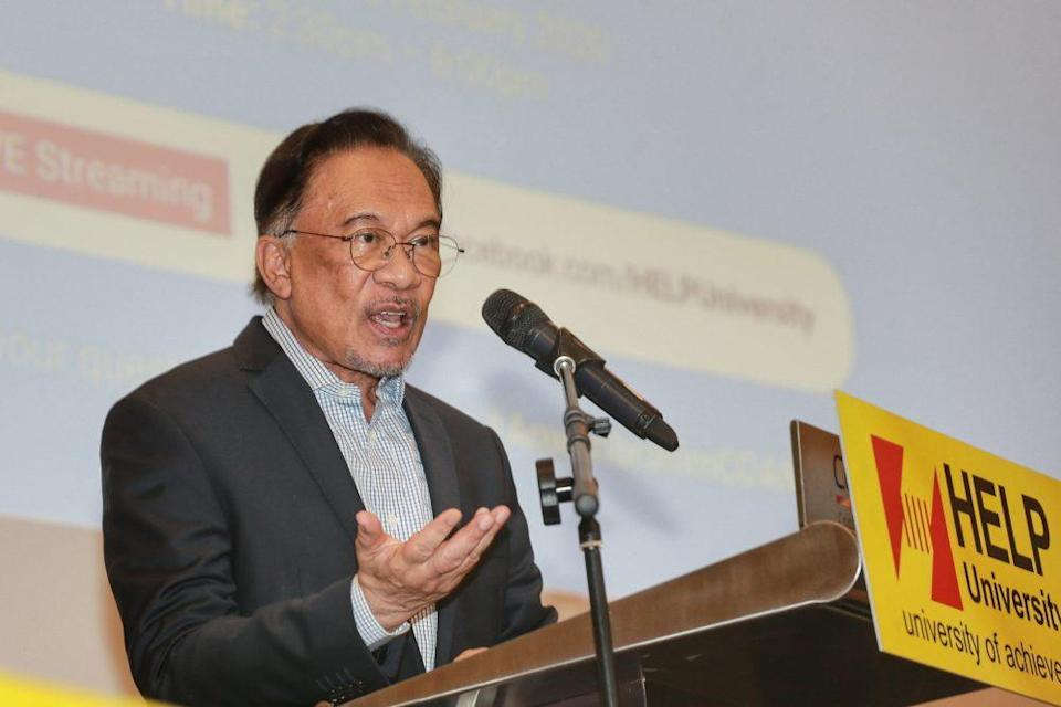 Datuk Seri Anwar Ibrahim said the Opposition bloc would oppose the removal of the current Speakers. ― Picture by Ahmad Zamzahuri