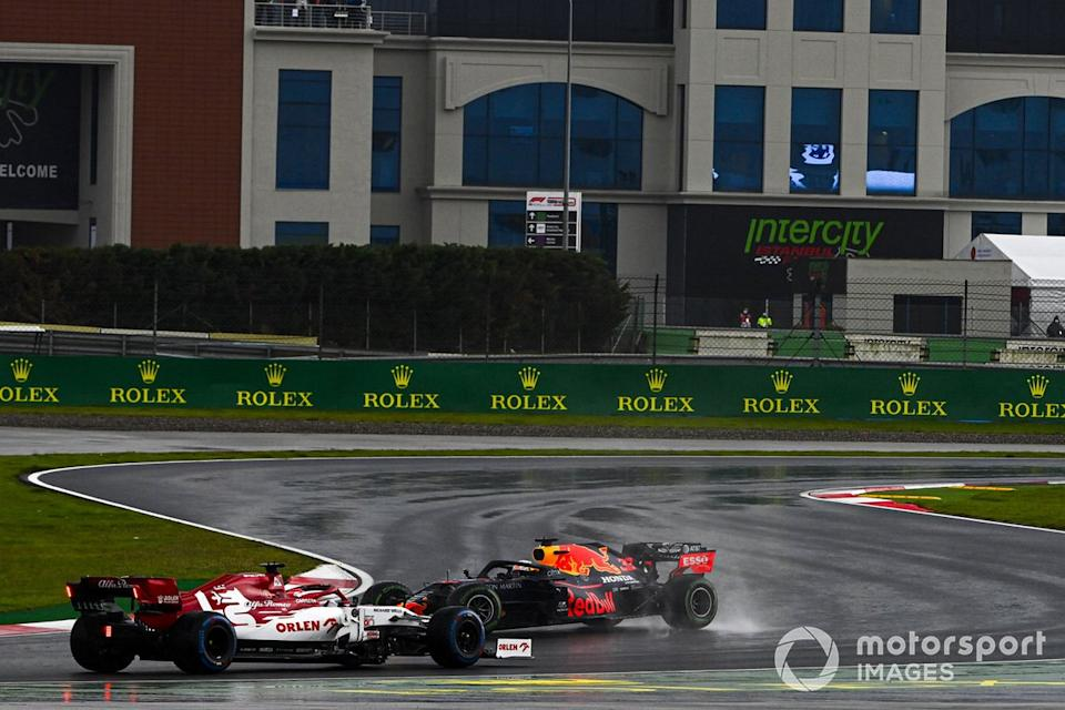 "Max Verstappen, Red Bull Racing RB16, hace un trompo y Kimi Raikkonen, Alfa Romeo Racing C39<span class=""copyright"">Mark Sutton / Motorsport Images</span>"