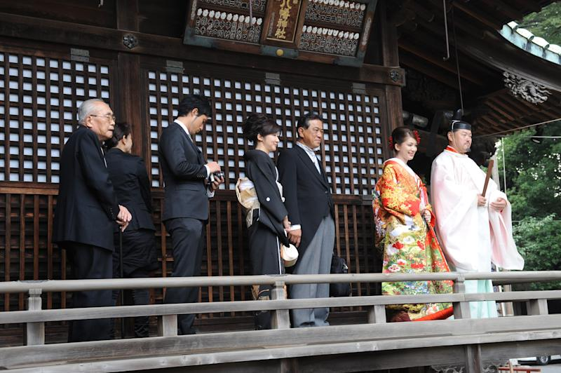 Saori entering the shrine with her family. [Photo: Saori Tanoue]