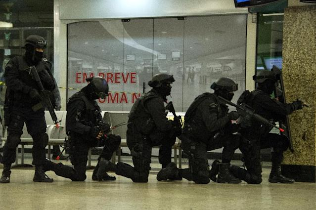 Members of various Brazilian police forces train during a hostage taking drill at the Central Bus station in Rio de Janeiro on early October 1, 2015 (AFP Photo/Tasso Marcelo)