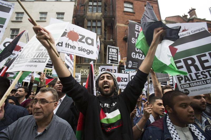 Demonstrators shout during a protest against Israel's air strikes in Gaza, in London July 11, 2014 REUTERS/Neil Hall (BRITAIN - Tags: RELIGION POLITICS CIVIL UNREST SOCIETY