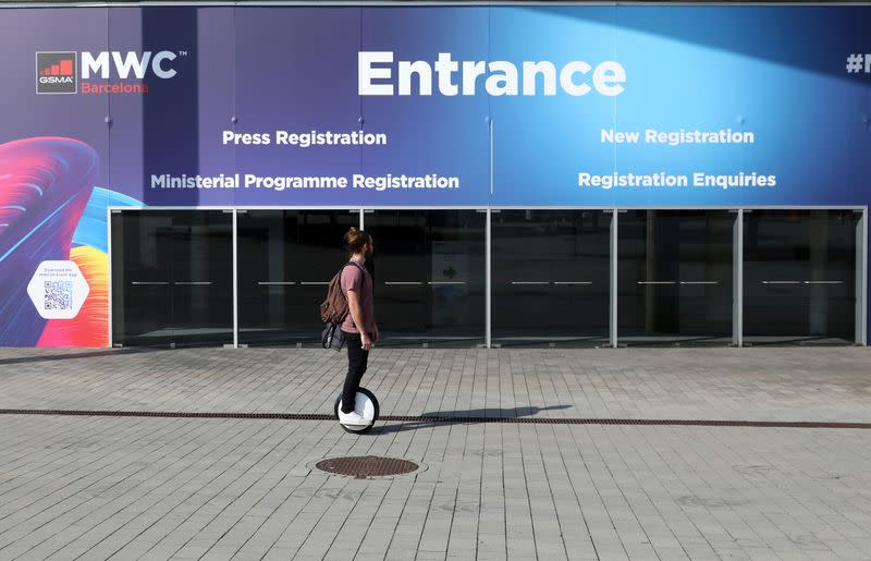 Coronavirus empties exhibition halls, but over time the show will go on