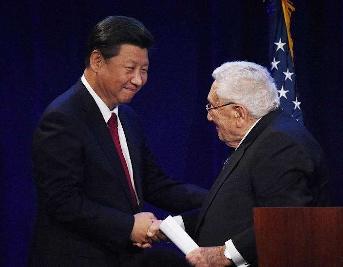 Chinese President Xi Jinping is greeted by former US Secretary of State Henry Kissinger during his welcoming banquet at the start of his visit to the United States (AFP Photo/Mark Ralston)