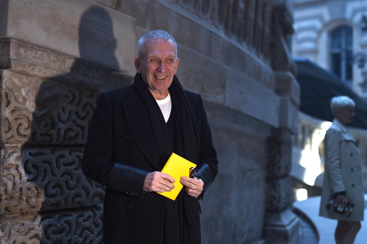 <p>Le styliste Jean-Paul Gaultier arrive au défilé Louis Vuitton </p>