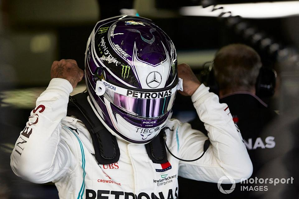 "Lewis Hamilton y su casco<span class=""copyright"">Steve Etherington / Motorsport Images</span>"
