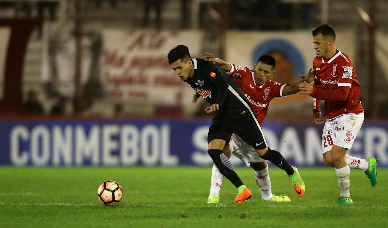 Soccer Football - Copa Sudamericana - Argentina's Huracan v Paraguay's Libertad - Tomas Adolfo Duco stadium, Buenos Aires, Argentina - July 11, 2017 -  Libertad's Jesus Maldonado in action with Huracan's Leandro Cuomo and Lucio Compagnucci. REUTERS/Agustin Marcarian