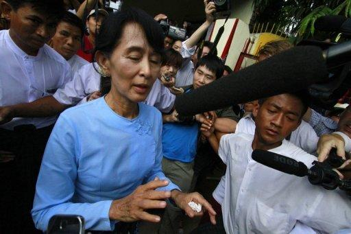 Myanmar opposition leader Aung San Suu Kyi has vowed not to swear to protect a constitution created by the former junta