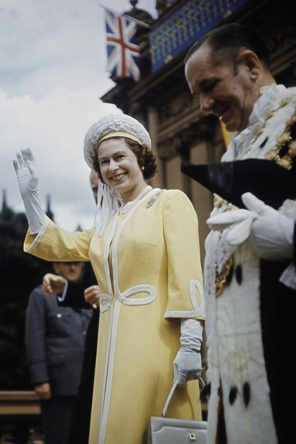 <p>Lord Mayor Emmet McDermott of Sydney accompanied the queen, who was dressed in a yellow coat with white accents, for a walkabout near the Town Hall in Sydney.<br></p>