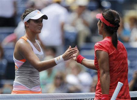 Laura Robson of Britain congratulates Li Na of China on her victory in their match at the U.S. Open tennis championships in New York August 30, 2013. REUTERS/Eduardo Munoz
